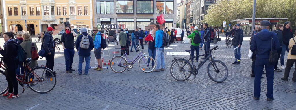 Teilnehmer der Kundgebung zum Ersten Mai auf dem Marktplatz in Leipzig.
